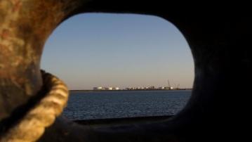 एक मालवाही जहाज से दिख रहा ईरान के चाबहार शहर का कालानतारी तेल बंदरगाह