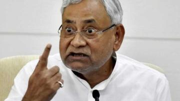 मंच पर बिहार के मुख्यमंत्री नीतीश कुमार समेत अन्य कई चर्चित लोग बैठे थे.