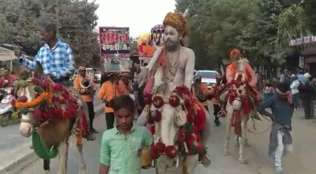 गाजे- बाजे,हाथी- घोड़ों के साथ शाही अंदाज में  संतों का शहर में प्रवेश के दौरान पब्लिक ने फूलों की बारिश कर उनका स्वागत किया.