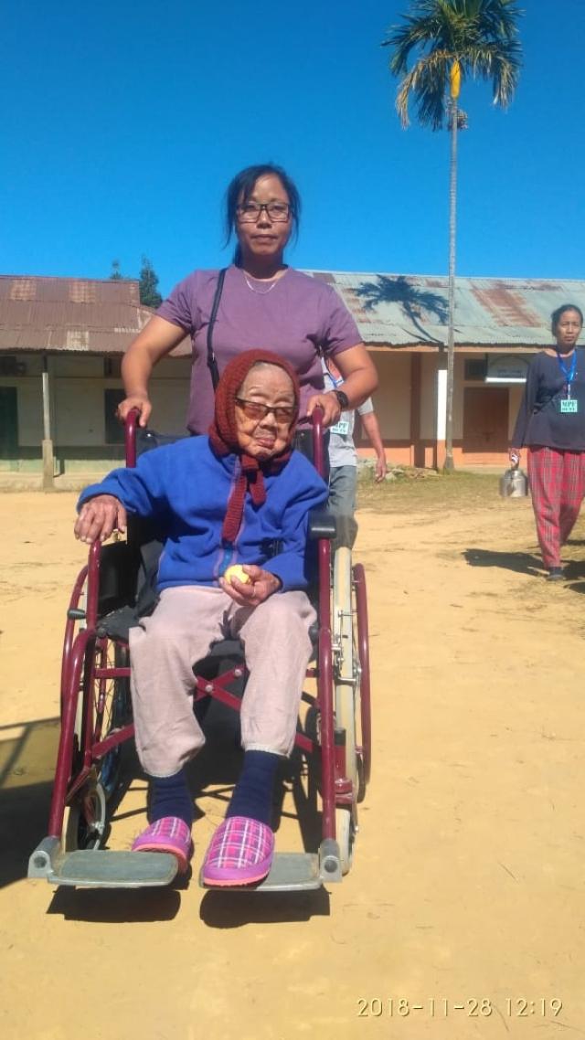 वोट डालने आईं 106 साल की बुजुर्ग महिला