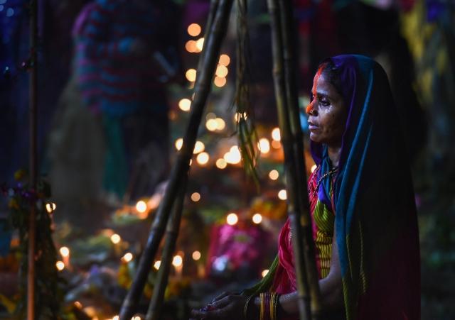 छठ के मौके पर गाजियाबाद में हिंडन नदी पर पूजा करती  श्रद्धालु (फोटोः 14 नवंबर)