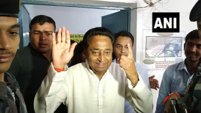कमलनाथ ने वोट डालने के बाद अपना हाथ दिखाया था.