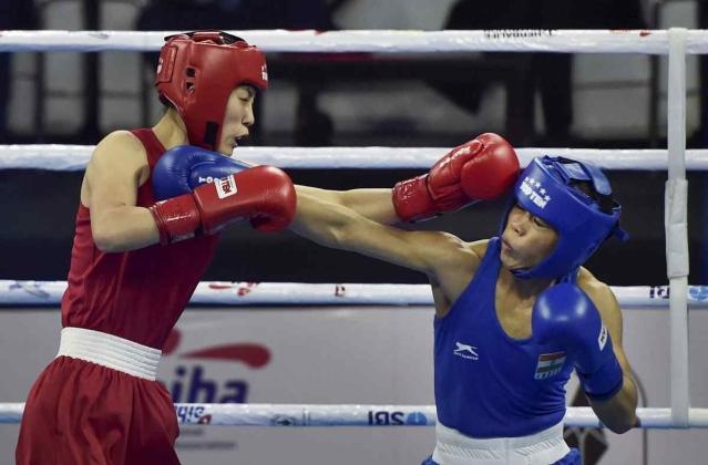 22 नवंबर को नई दिल्ली में चल रही महिला वर्ल्ड बॉक्सिंग चैंपियनशिप के दौरान कोरिया की एक बॉक्सर ह्यांग किम को पंच जड़ती हुई भारत की बॉक्सर मैरी कॉम. मैरी कॉम 45-48 किलोग्राम वर्ग के फाइनल में पहुंच चुकी हैं और गोल्ड की बड़ी दावेदार हैं.
