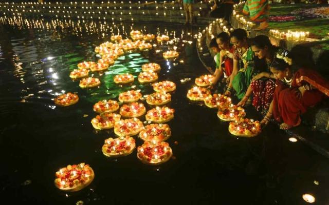 मुंबई में 22 नवंबर को देव दिवाली के मौके पर बनगंगा तालाब में दिए जलाती हुई महिलाएं