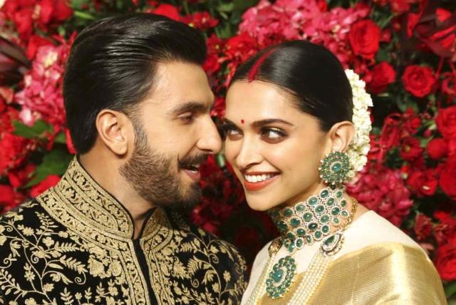 बॉलीवुड एक्टर रणवीर सिंह और दीपिका पादुकोण ने आपस में शादी कर ली है. ये फोटो 21 नवंबर को बेंगलुरू में हुए उनके रिसेप्शन की है. इस ब्यूटिफुल कपल ने 14 नवंबर को इटली में जाकर शादी की.