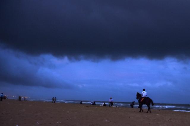 साइक्लोन गाजा आने से पहले चेन्नई के मरीना बीच पर छाए घने बादल (फोटोः 14 नवंबर)