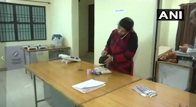 मध्य प्रदेश में एक पोलिंग स्टेशन पर तैनात मतदानकर्मी
