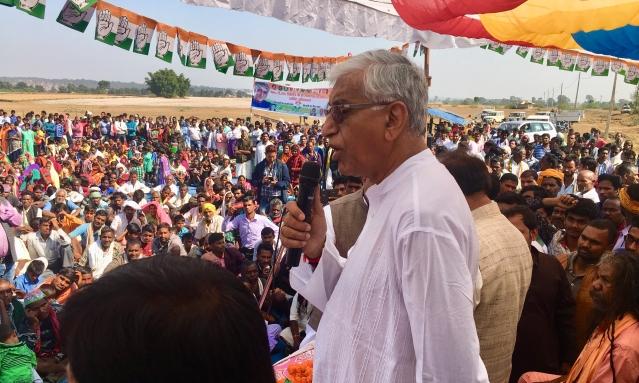 जनसभा को संबोधित करते कांग्रेस नेता टीएस सिंह देव