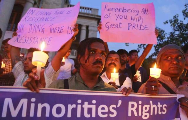 20 नवंबर को बेंगलुरू में ट्रांसजेंडर-डे के मौके पर ट्रांसजेंडर समुदाय से जुड़े लोग हाथ में बैनर-पोस्टर थामकर एक कैंडल मार्च निकालते हुए