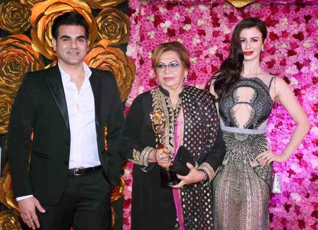 अरबाज खान और उनकी कथित गर्लफ्रेंड जॉर्जिया ऐंड्रियानी  और हेलन के साथ