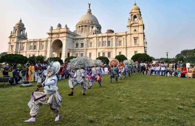 22 नवंबर को कोलकाता के विक्टोरिया मेमोरियल में वर्ल्ड हैरिटेज वीक के दौरान पुरुलिया छौ डांस परफॉर्म करते हुए कलाकार