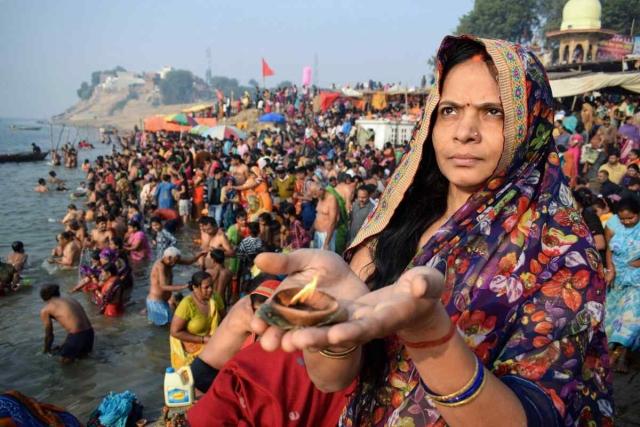23 नवंबर को इलाहबाद में कार्तिक पूर्णिमा के मौके पर यमुना नदी के किनारे प्रार्थना करती हुई एक भारतीय महिला