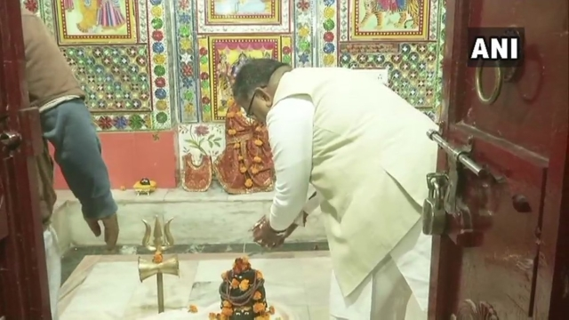 भगवान शिव के दर्शन करते हुए कटारिया