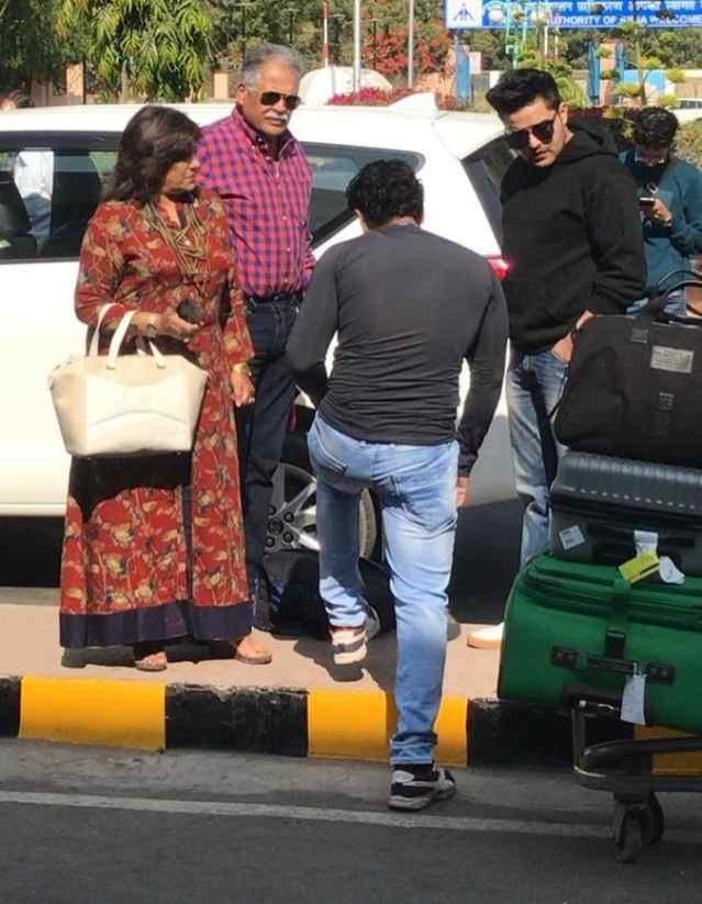 परिणीति चोपड़ा का परिवार भी एयरपोर्ट पर नजर आया