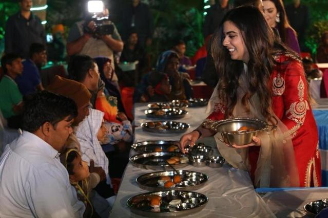 ईशा अंबानी ने शादी से पहले की 'अन्न सेवा'