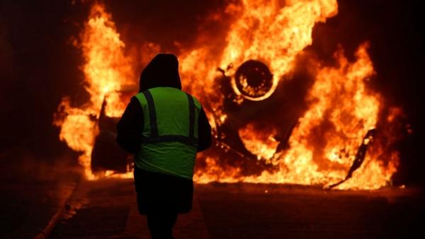 पेरिस में पुलिस और प्रदर्शनकारियों के बीच झड़प के दौरान 23 पुलिसकर्मी समेत 133 लोग घायल हो गए