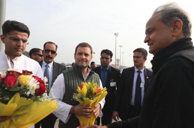राहुल गांधी की अगवानी करने पहुंचे अशोक गहलोत और सचिन पायलट