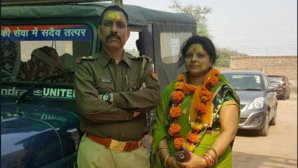 पत्नी रजनी के साथ इंस्पेक्टर सुबोध कुमार सिंह