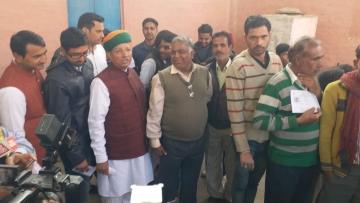 राजस्थान चुनाव में वोटिंग के लिए लाइन में खड़े रहे केंद्रीय मंत्री अर्जुन मेघवाल
