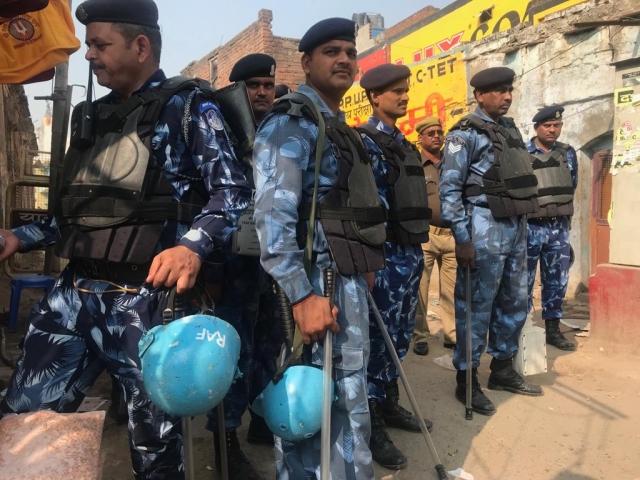 सुरक्षा के तहत चौराहे पर खड़े आरएएफ के जवान