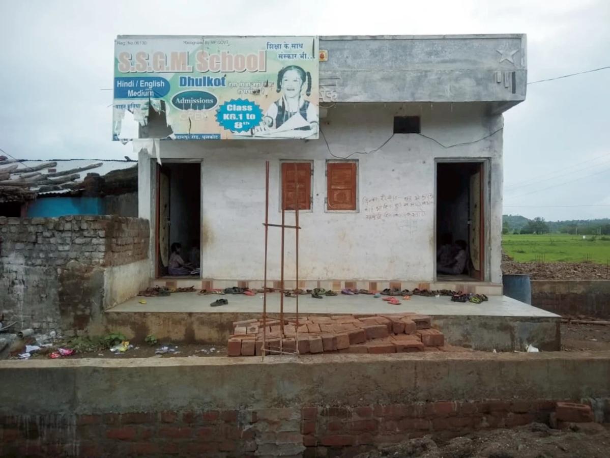 बुरहानपुर: स्कूल के नाम पर बच्चों के भविष्य से हो रहा खिलवाड़