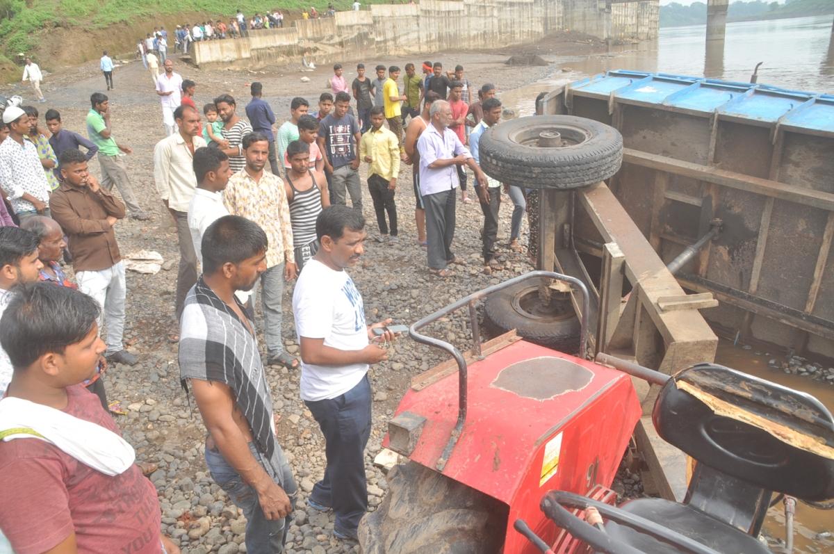 बुरहानपुर: एसडीएम ने मोटरसाइकिल से की अवैध खननकर्ताओं पर कार्रवाई