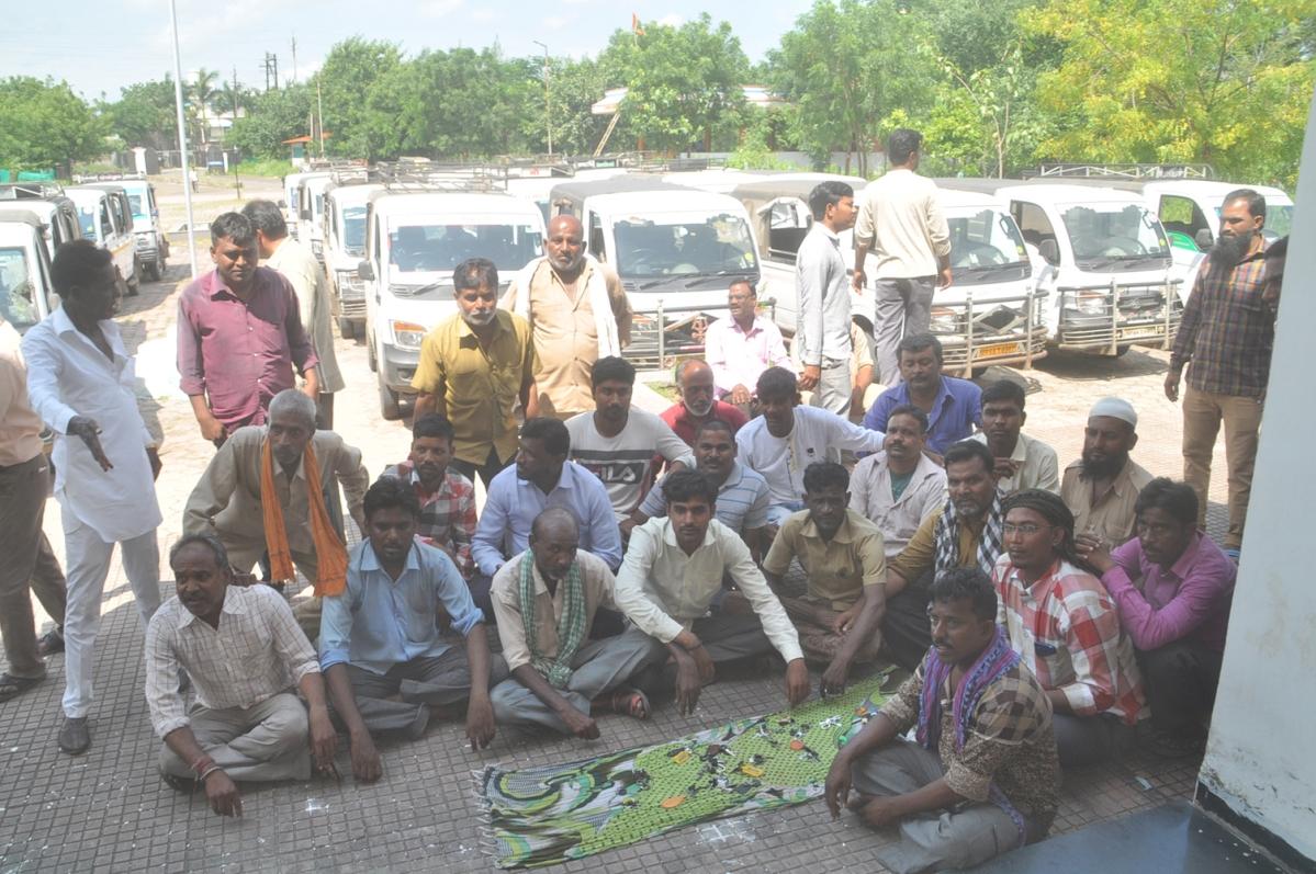 बुरहानपुर: कलेक्ट्रेट गेट पर चाबियां रखकर मैजिक चालकों ने का किया विरोध