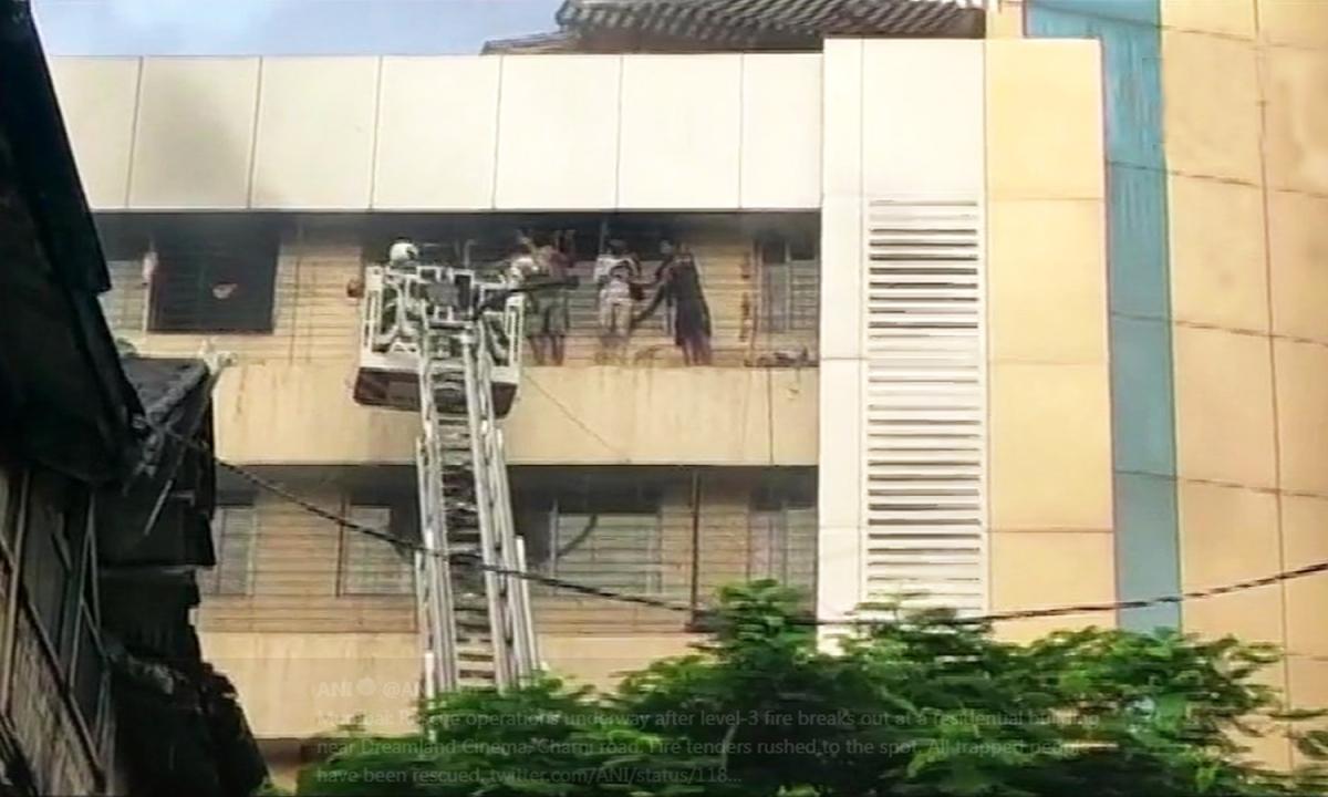 मुंबई में ड्रीमलैंड सिनेमा के पास बिल्डिंग में लगी आग, रेस्क्यू ऑपरेशन जारी