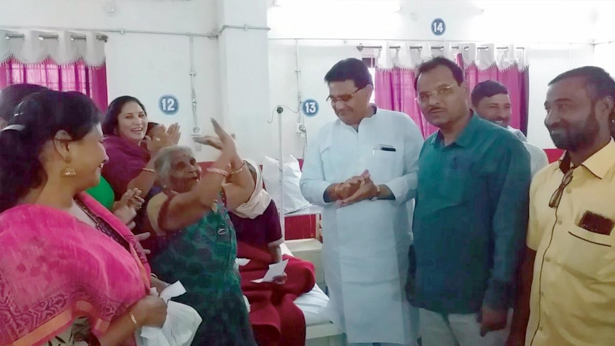 बुरहानपुर : सीएम के जन्मदिन पर झूमने लगीं बुजुर्ग मरीज