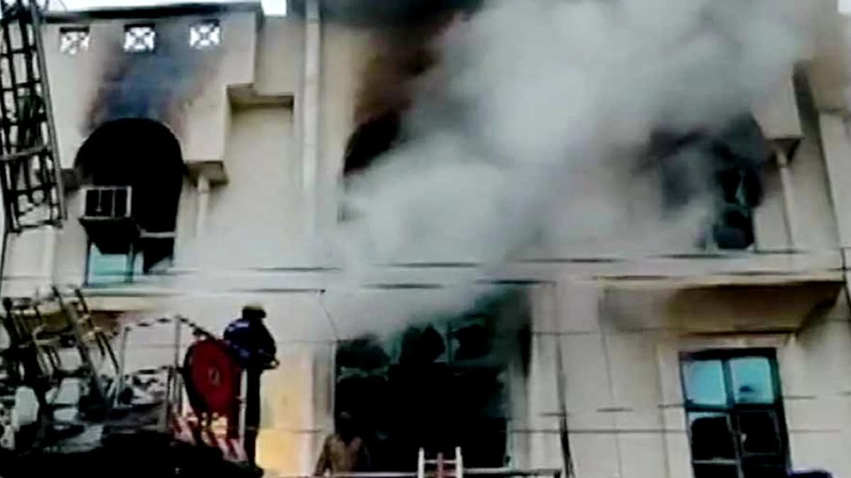 दिल्ली: पेपर प्रिंटिंग प्रेस में अग्निकांड, दर्जनों दमकलें मौजूद