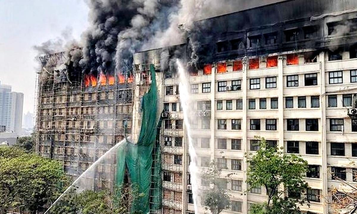मुंबई का GST भवन भयानक आग की लपटों से घिरा
