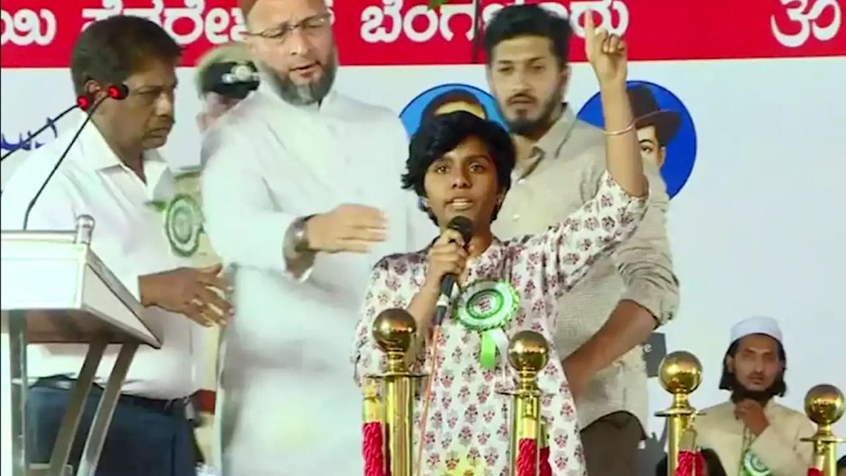 ओवैसी के सामने मंच पर लगे 'पाकिस्तान जिंदाबाद' के नारे