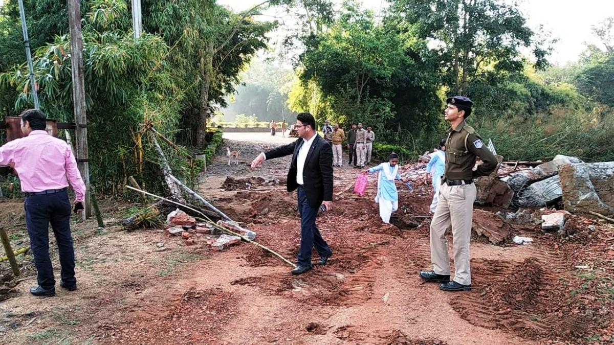 भाजपा विधायक संजय पाठक के रिसॉर्ट पर चला बुल्डोजर