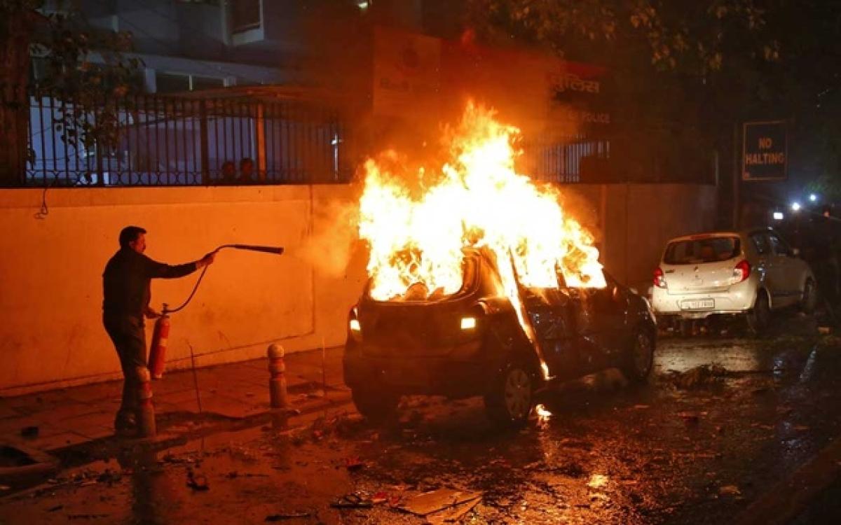 सड़कों पर पुलिस, बेखौफ बदमाश, तीन इलाकों में वाहनों को फूंका,