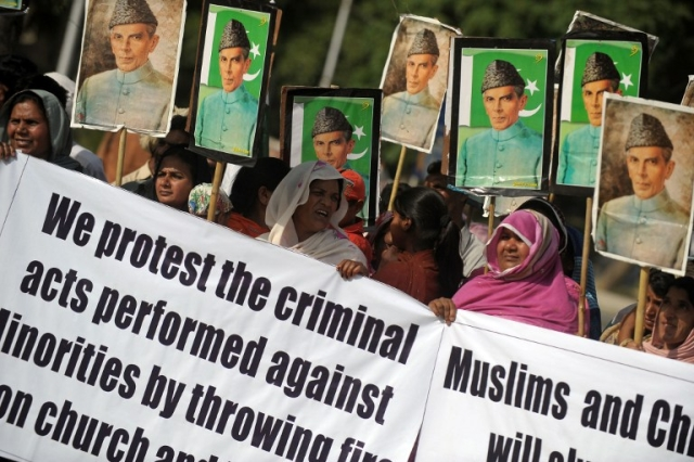 Homeless Pakistani Christians protest for the protection of Christian minorities in Islamabad on April 27, 2009