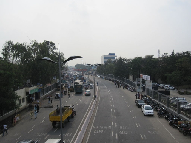 Traffic queued up at a signal in Coimbatore (Photo credit: Sodabottle/Wikimedia Commons)