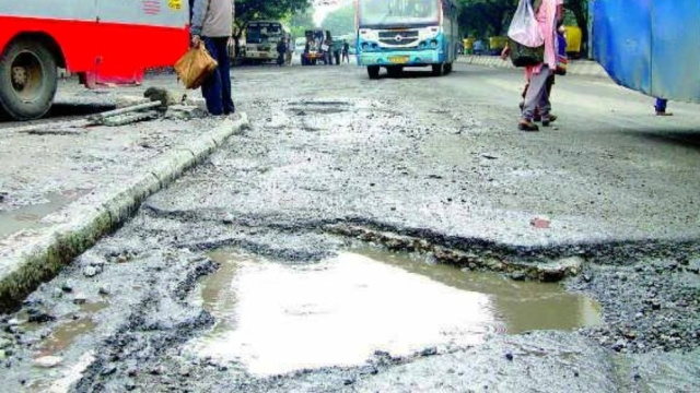 Traffic Snarls In Parts Of Bengaluru As BBMP Rushes To Meet Nov 10 Deadline Of Plugging Nearly 4000 Potholes