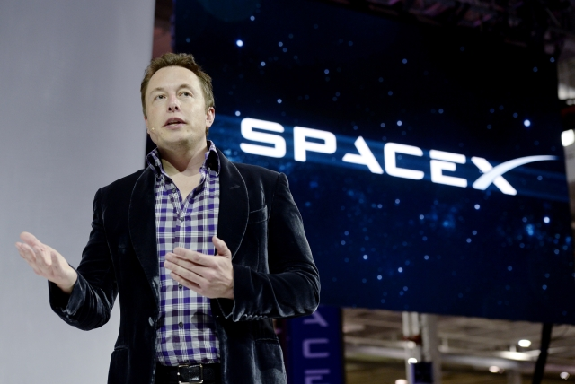 SpaceX chief executive officer Elon Musk unveils the company's new manned spacecraft, The Dragon V2, designed to carry astronauts into space during a news conference in  California.  (Kevork Djansezian/GettyImages)