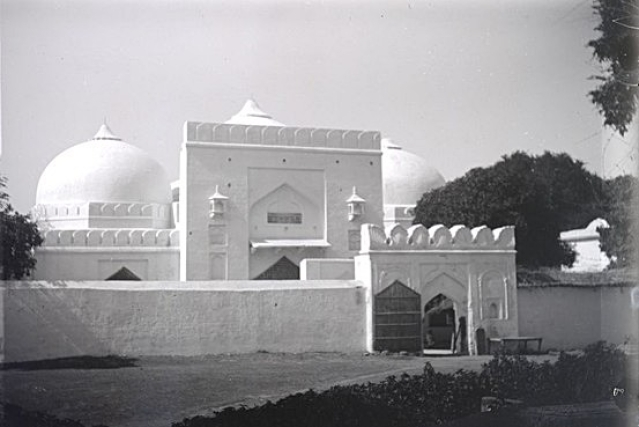 A photograph of the Babri Masjid from the early 1900s. (British Library Board)