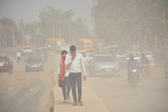 A view of Lal Kuan area engulfed in dust near NH24 on 30 October in Ghaziabad (Sakib Ali/Hindustan Times via Getty Images)