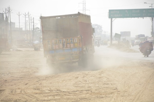 A view of Lal Kuan area engulfed in dust near NH24 on 30 October in Ghaziabad. (Sakib Ali/Hindustan Times via Getty Images)