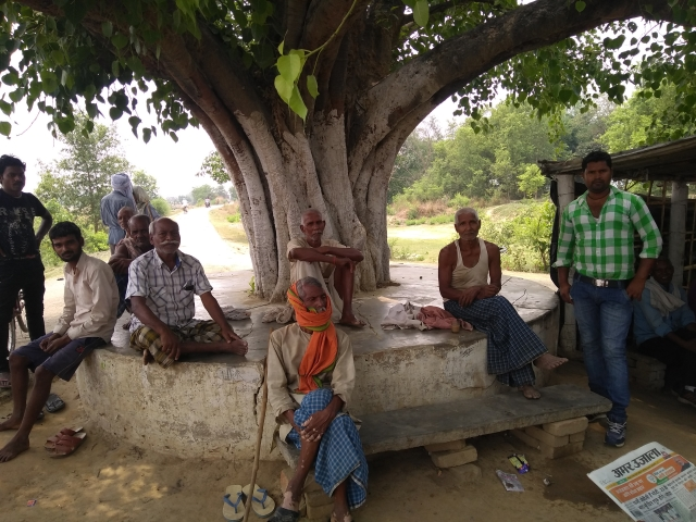 Men from the Nishad community under a tree next to the tea shop in Campirganj's Sahjuwa village. (Prakhar Gupta/Swarajya Magazine)