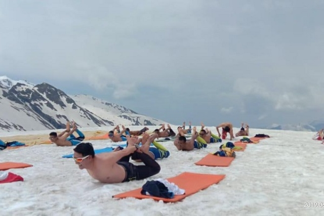 ITBP Personnel Performing Yoga bare-chested near Rohtang Pass at 14,000 feet in -10 degree Celsius temperature (@ANI/Twitter)