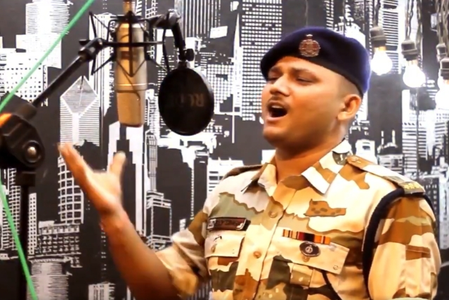 "Watch: ITBP Jawan Sings ""Sandese Aate Hain"" In Mesmerising Tone For  Independence Day Video"