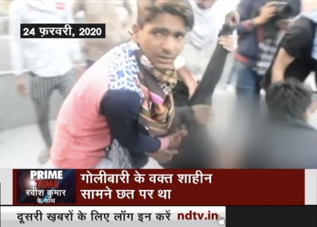 Screen grab from <i>NDTV Prime Show</i>, 5 March 2020 which shows Shahid Alam being carried by his fellow rioters.
