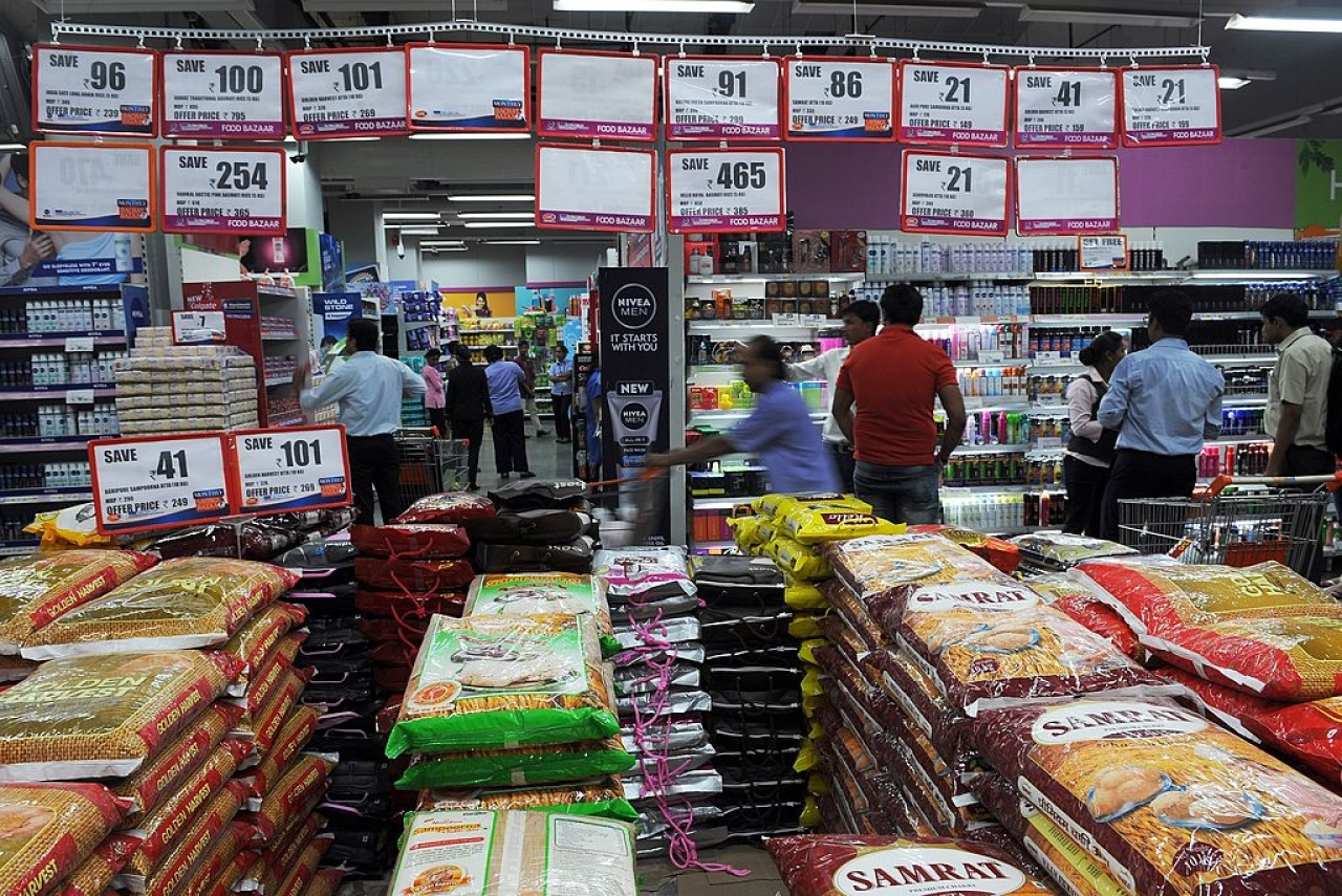Indian shoppers browse at a supermarket in Mumbai. (INDRANIL MUKHERJEE/AFP/GettyImages)