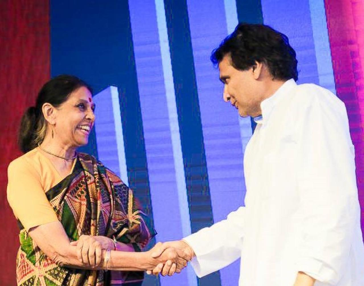Jaitly shaking hands with Prabhu