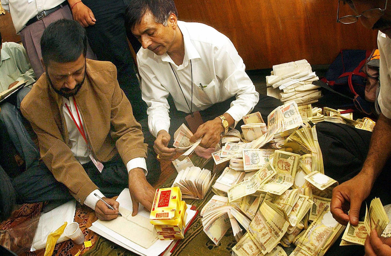 Nepalese Immigration officials count fake Indian currency notes. (DHURBA ALE/AFP/Getty Images)