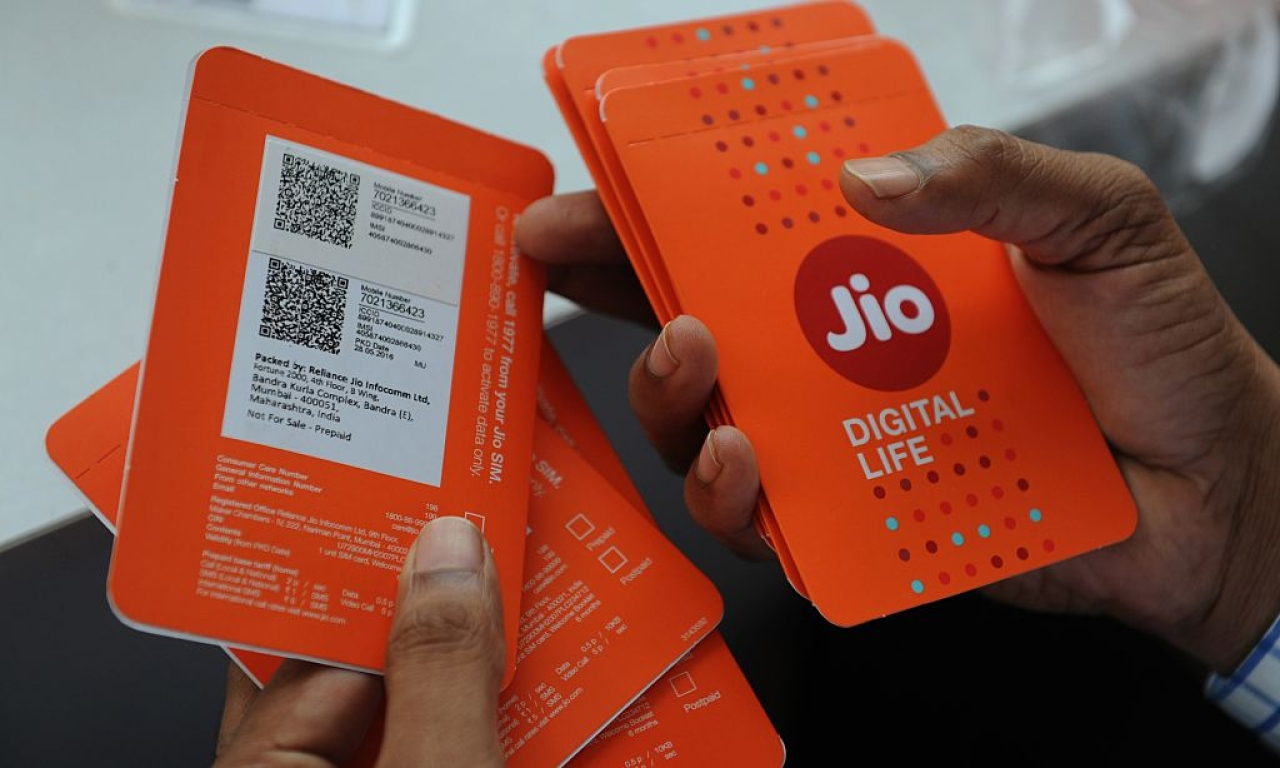A customer selects his number of Jio 4G mobile services in Mumbai. (INDRANIL MUKHERJEE/AFP/GettyImages)