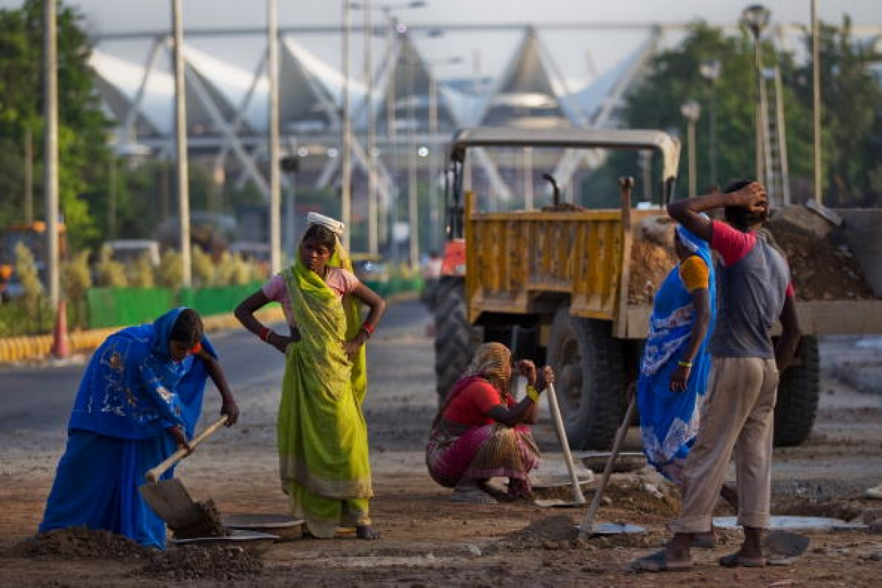 Unskilled workers in New Delhi. (Daniel Berehulak/GettyImages)